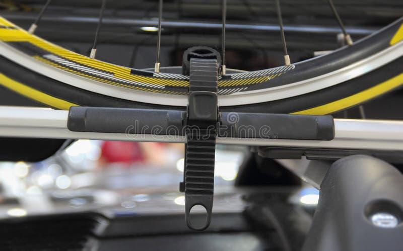 O fim acima da roda de bicicleta no telhado do carro imagens de stock royalty free