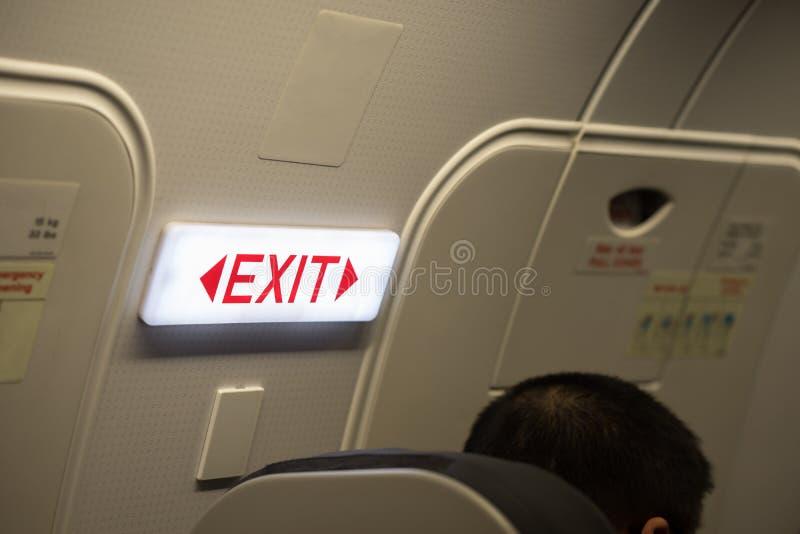 O fim acima da saída assina dentro o avião do passageiro imagem de stock royalty free