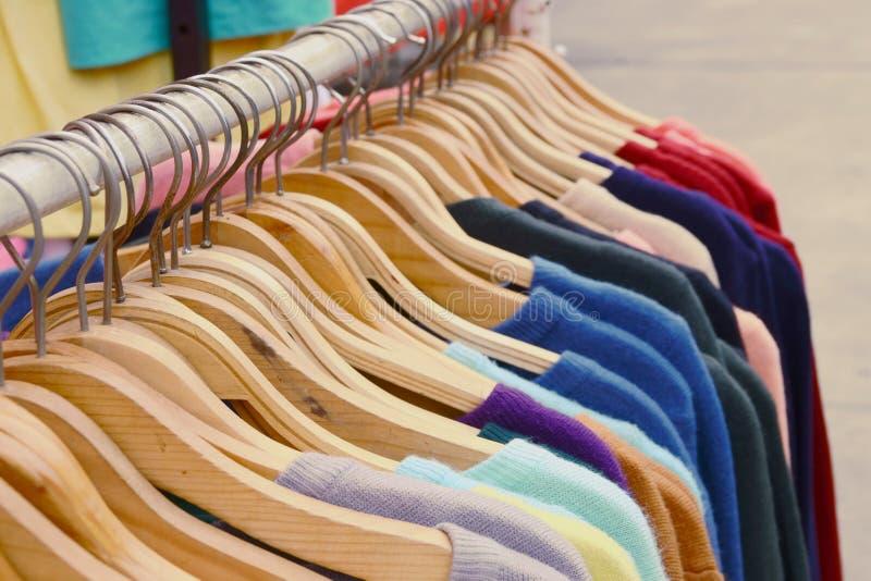 O fim acima das camisas coloridas de T está pendurando na cremalheira imagens de stock royalty free