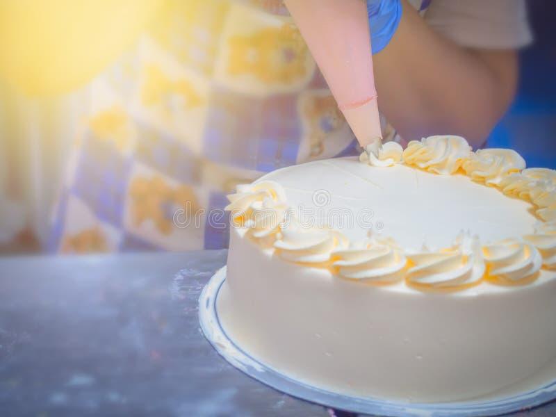 O fim acima das mulheres decora o bolo imagens de stock royalty free