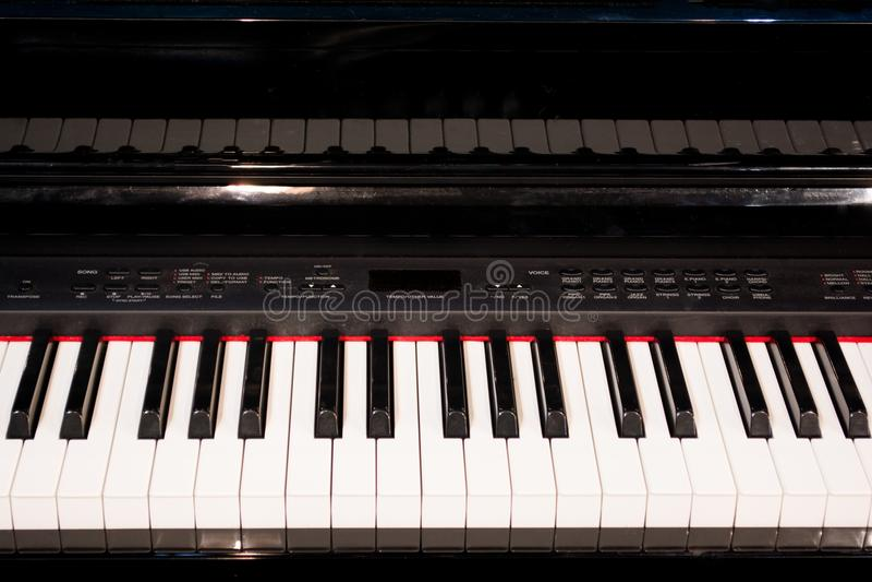 O fim acima de chaves eletrônicas do piano fecha a vista frontal foto de stock