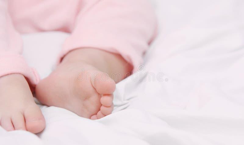 O fim acima de pouco paga do bebê bonito de sono fotografia de stock
