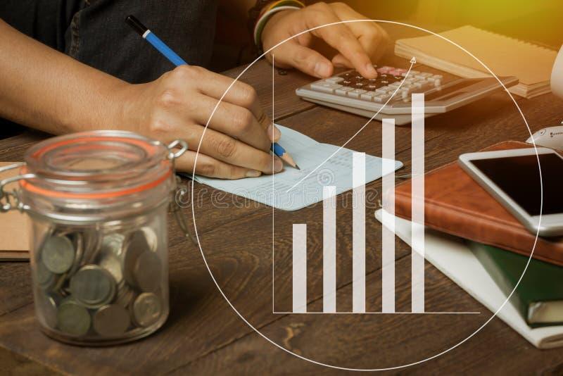 O fim acima do banqueiro do homem ou o contador calculam a operação bancária com feito um mapa ou gráfico fotos de stock