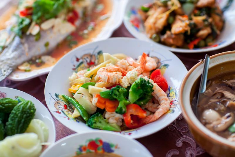O fim acima do camarão chinês fritou com o vegetal no grupo chinês do alimento, grupo de alimentos na cerimônia de casamento fotos de stock royalty free