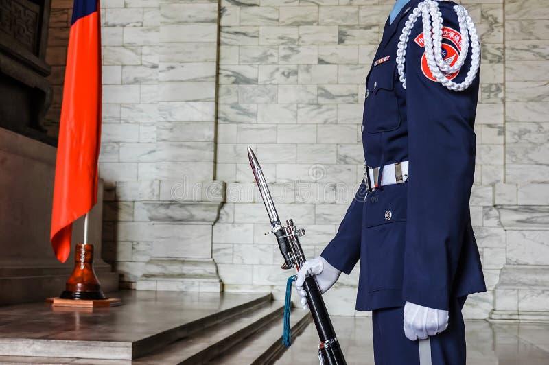 O fim acima do deslocamento dos protetores dos uniformes militares está ainda silenciosamente em Chiang Kai-shek Memorial Hall fotos de stock royalty free