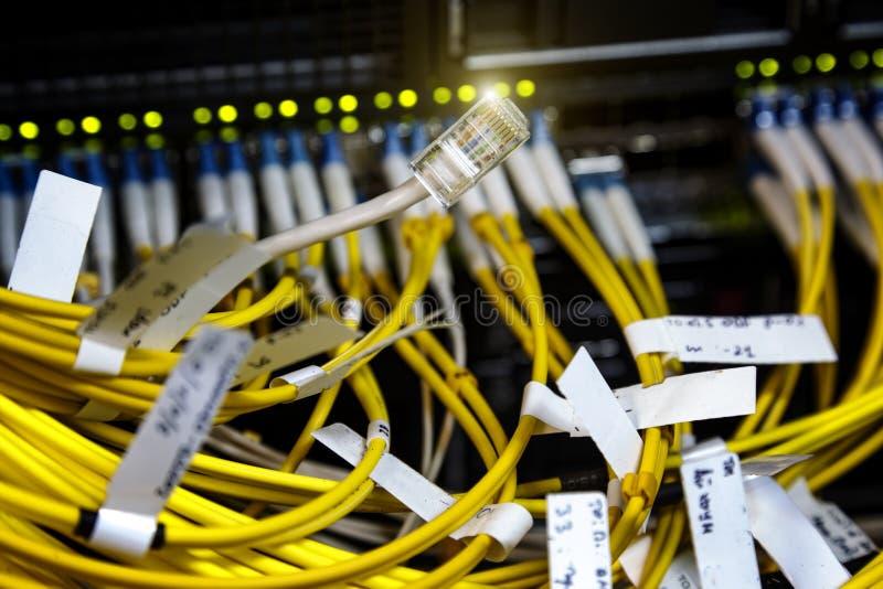 O fim acima do interruptor de rede do LAN e os cabos ethernet conectam ao super-computador fotografia de stock