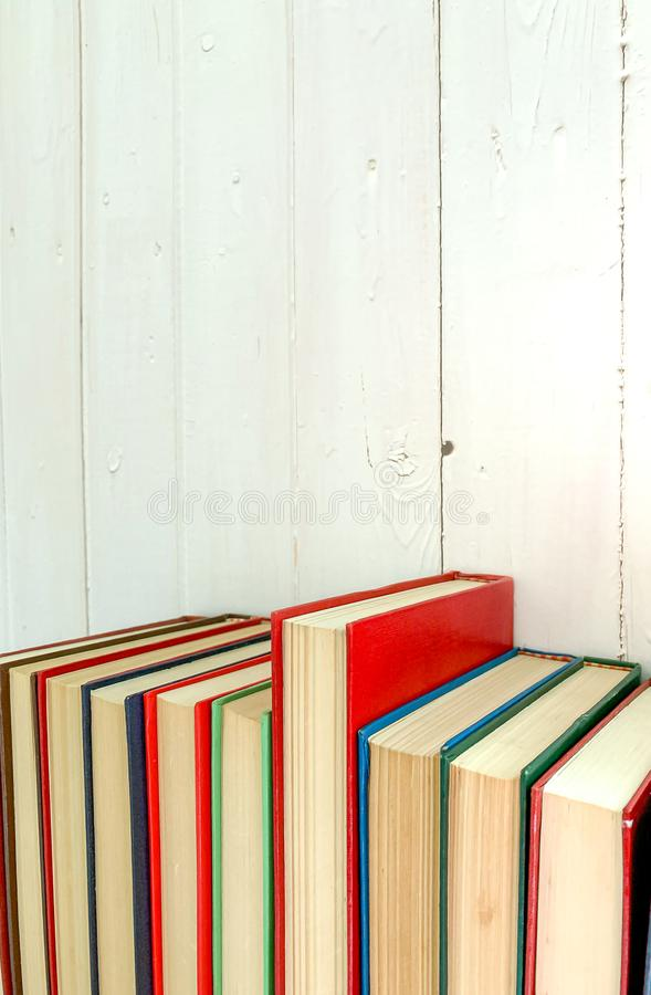 O fim acima do livro novo vermelho estende o fundo é uma parede de madeira branca fotografia de stock royalty free