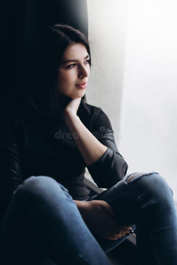 O fim acima do portriat de uma menina bonita caucasiano moreno à moda nova com cara lindo e o olhar elegante têm a fotos de stock