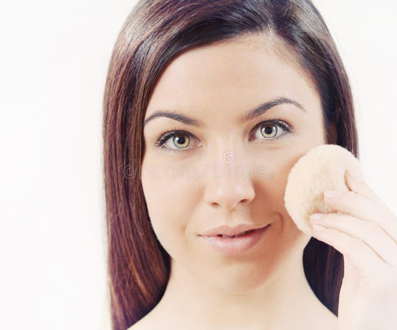 O fim acima do retrato da mulher bonita com pele sensível pura faz imagem de stock