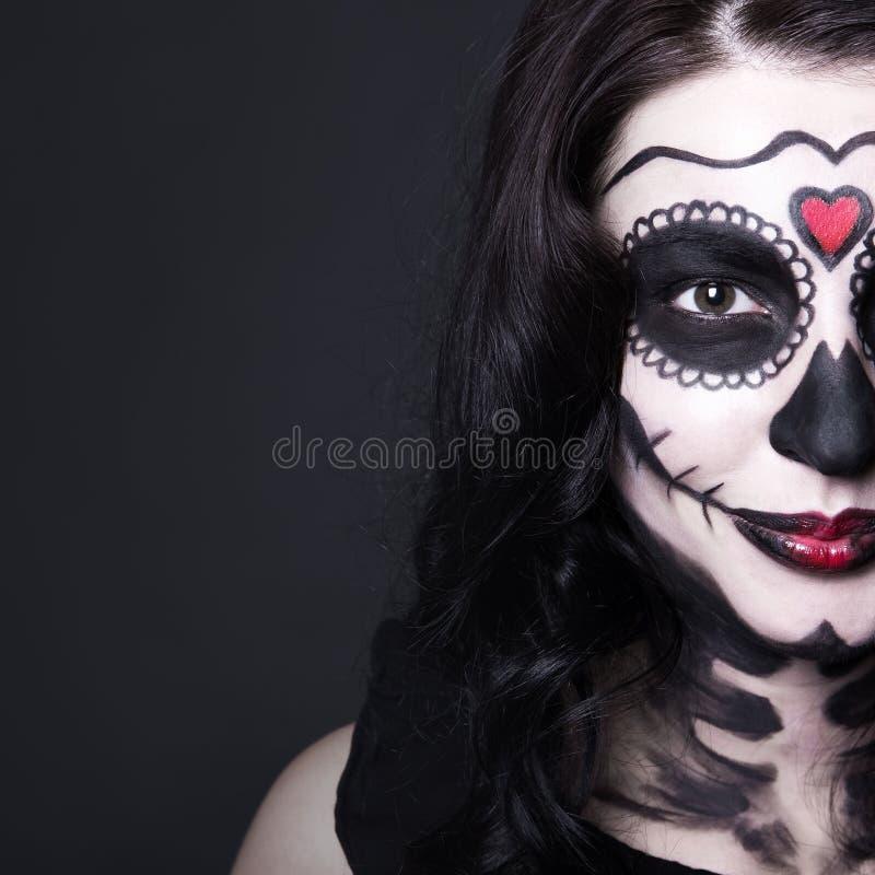 O fim acima do retrato da mulher com crânio de Dia das Bruxas compõe sobre o gre foto de stock