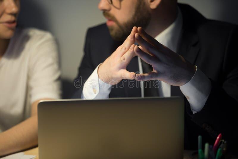 O fim acima do trabalhador uniu pontas do dedo na reunião de empresa fotografia de stock royalty free