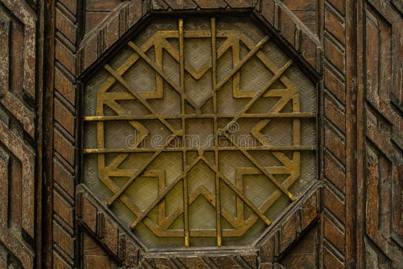 O fim antiquado acima do vintage entra na porta com ornamento simétrico fotos de stock royalty free