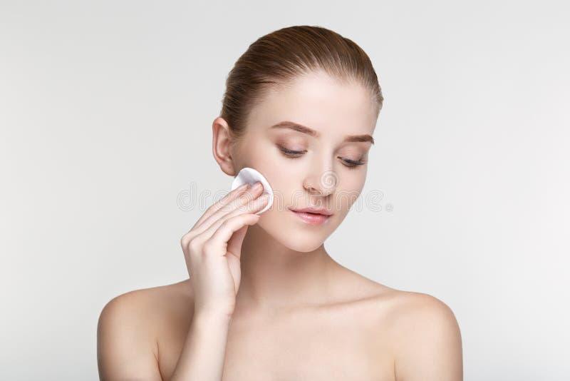 O fim branco do fundo da máscara do preto da saúde dos cuidados com a pele da mulher do retrato da beleza acima da esponja derrub fotos de stock