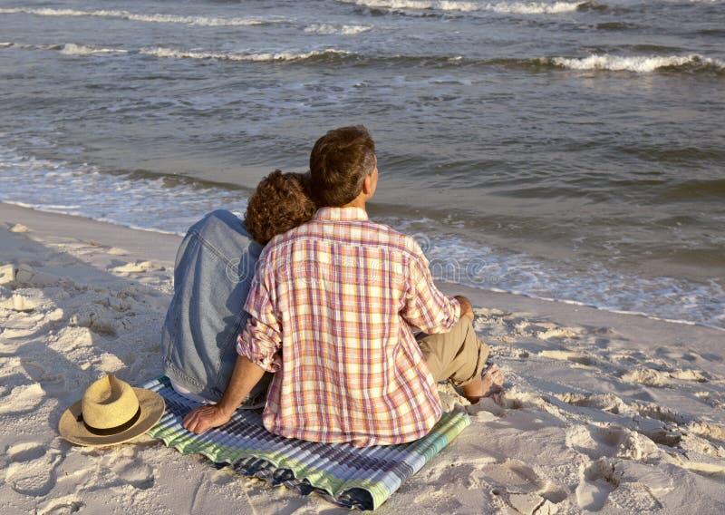 O fim de um dia perfeito na praia imagem de stock