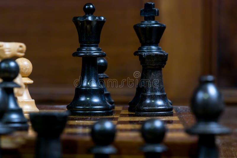 O fim detalhado acima da xadrez figura - o rei preto, rainha, gralha, penhor fotos de stock