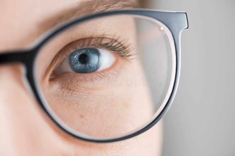 O fim disparou acima da mulher com olhos azuis com vidros imagens de stock
