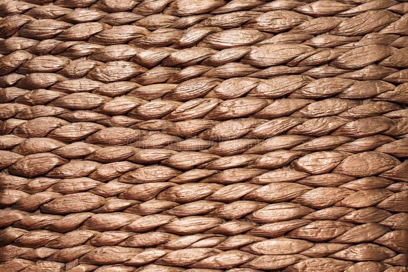O fim handcraft acima o fundo da textura da cesta de vime do weave foto de stock