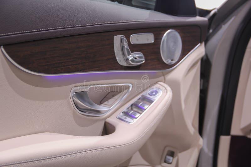 O fim macro acima da vista de um braço na porta do motorista com bu fotos de stock royalty free