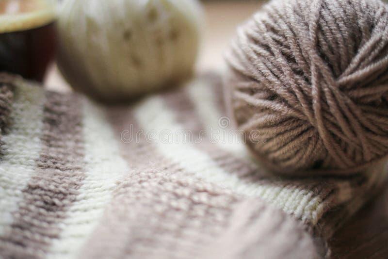 O fio bege e branco, Knitted listrou a peúga bege-bege está na tabela fotos de stock royalty free