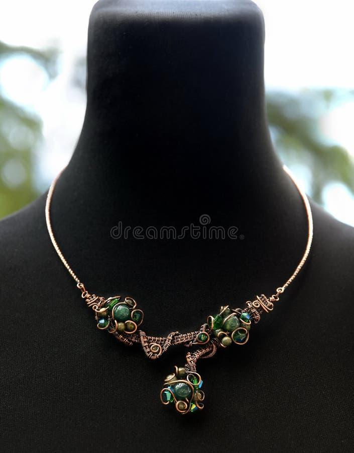 O fio de cobre envolveu a colar com cristais e a ágata de musgo celestiais imagens de stock