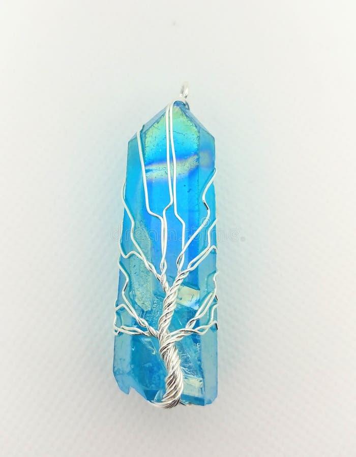O fio envolveu a pedra preciosa do cristal de quartzo de Aqua Aura imagens de stock