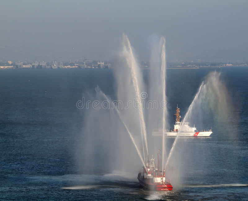 O Fireboat de SFFD pulveriza a água no ar imagem de stock