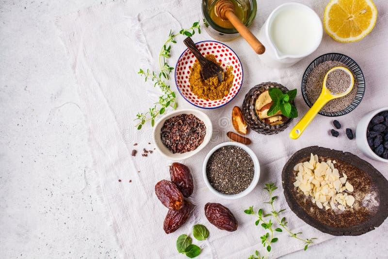 O Flt coloca de alimentos super no fundo branco Cozinhando o conceito saud?vel do alimento foto de stock