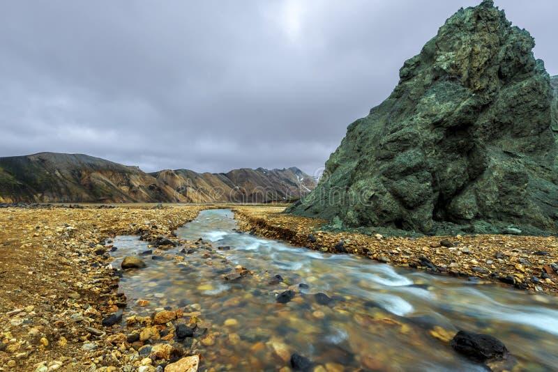 O fluxo do rio de Brennisteinsoldukvisl na região de Landmannalaugar de montanhas de Islândia fotos de stock royalty free