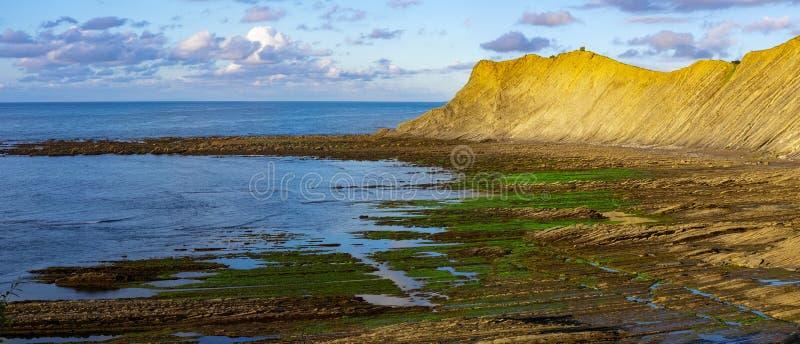 O Flysch da costa Basque no por do sol, Zumaia fotos de stock