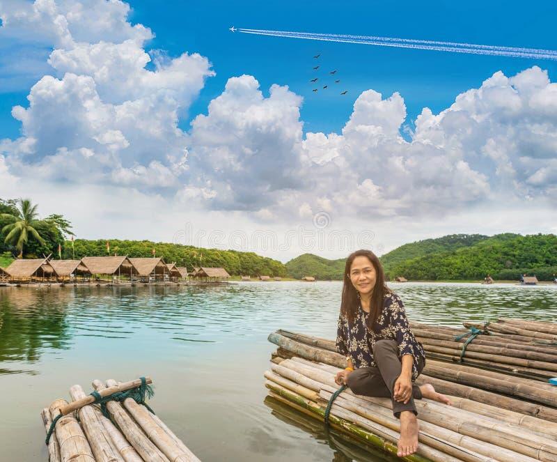 O foco macio a mulher com a jangada, o pântano, o céu bonito da montanha e a nuvem em Huai Krathing, província de Loei, Tailândia imagens de stock