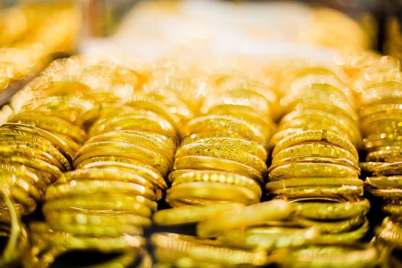 O foco seletivo ao ouro e o bracelete são joia do ouro na mostra imagem de stock royalty free