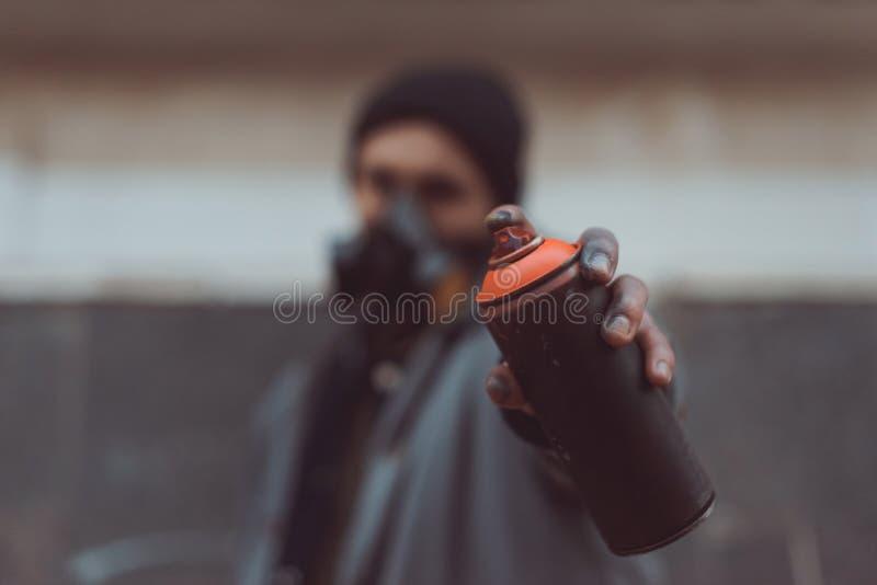 o foco seletivo do artista da rua na terra arrendada do respirador pode imagens de stock
