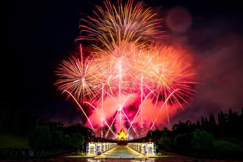 O fogo de artifício bonito em Flora Ratchaphruek Chiangmai real Th imagens de stock royalty free