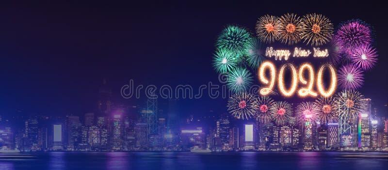 O fogo de artifício 2020 do ano novo feliz sobre a construção da arquitetura da cidade perto do mar na celebração da noite, zomba fotografia de stock royalty free