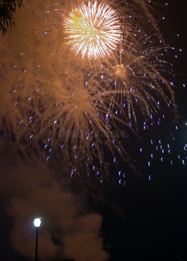 O fogo de artifício vermelho apaga-se foto de stock