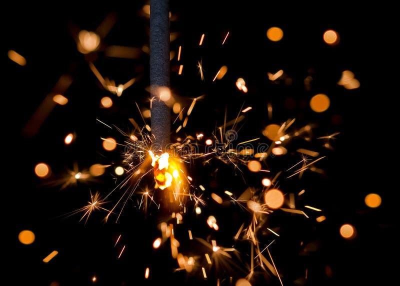 O fogo de Bengal acende no fundo preto Fundo comemorativo ` S do ano novo e Natal fotos de stock