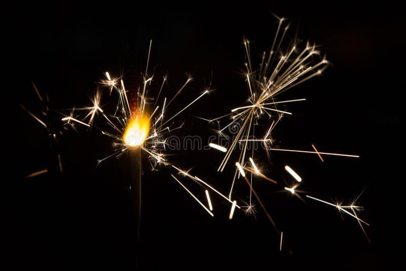 O fogo de Bengal sparkles na perspectiva das luzes da cidade fotos de stock royalty free