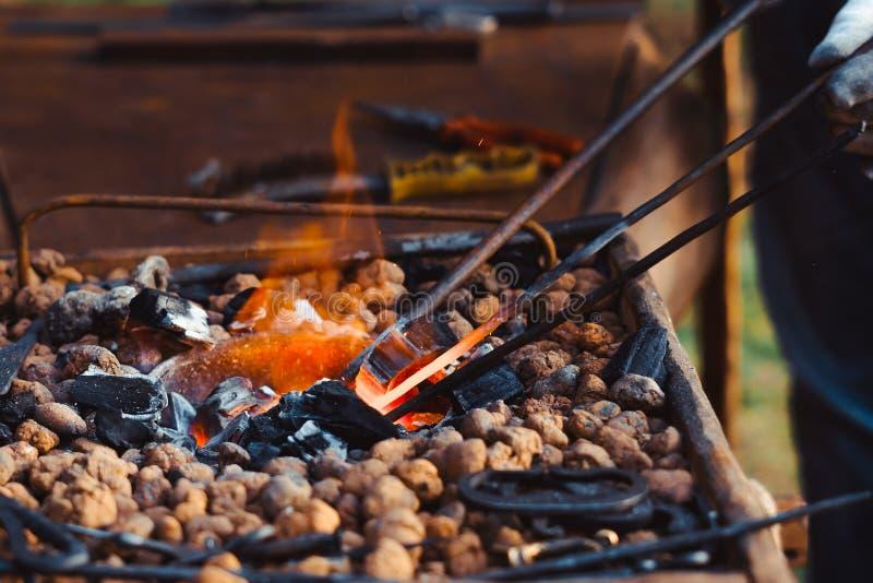 O fogo na forja foto de stock