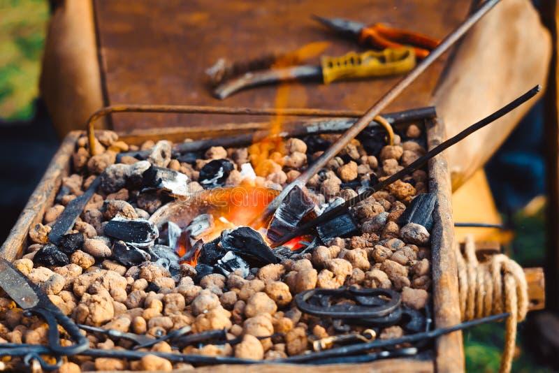 O fogo na forja imagens de stock royalty free