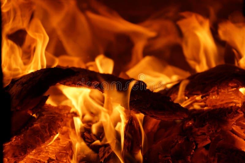 O fogo na fornalha queima as chamas de madeira do vermelho das queimaduras fotos de stock royalty free