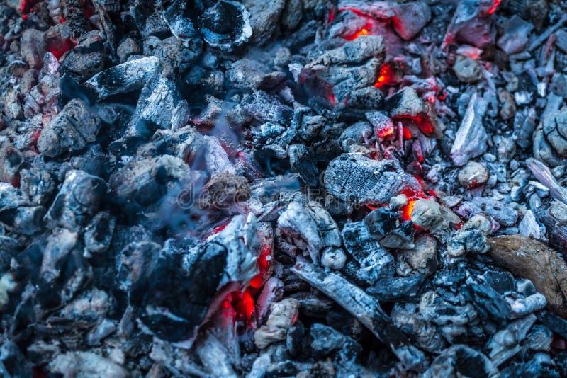 O fogo no assado, lenha está queimando-se fotografia de stock