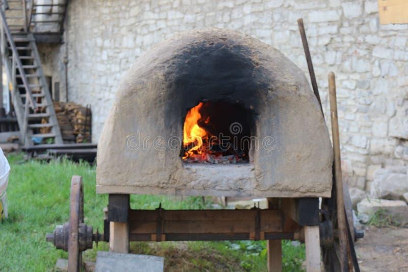 O fogo queima-se em um fogão velho móvel no museu fotografia de stock royalty free
