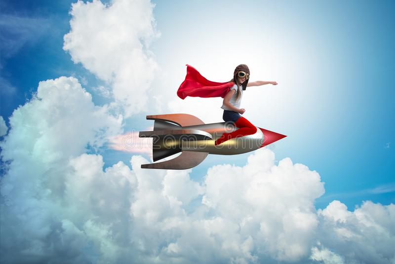 O foguete do voo da menina no conceito do super-herói foto de stock