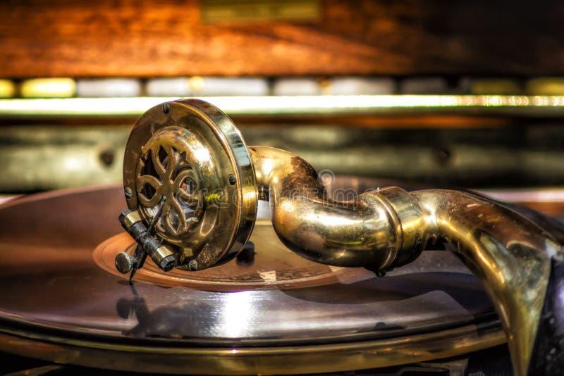 O fonógrafo do vintage joga a música da era pesada foto de stock