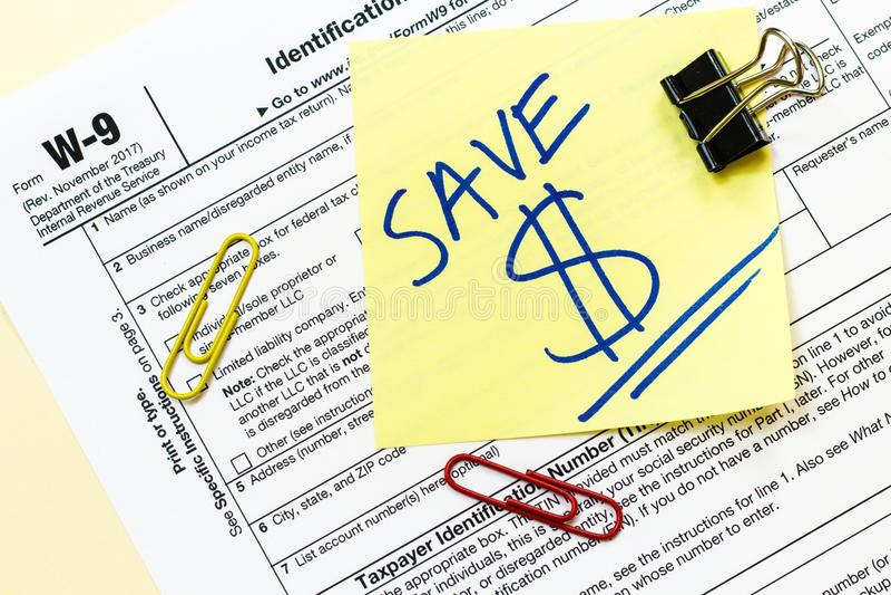 O formulário de imposto W9 salvar o conceito do dinheiro imagens de stock
