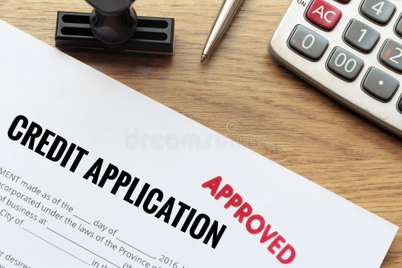 O formulário de pedido de crédito aprovado estabelece na mesa de madeira com ru fotografia de stock royalty free