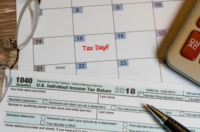 O formulário 1040 simplificado permite o arquivo dos impostos no cartão foto de stock