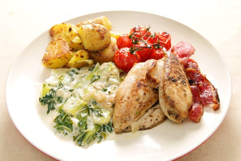 O forno grelhou a refeição do peito de galinha imagem de stock royalty free