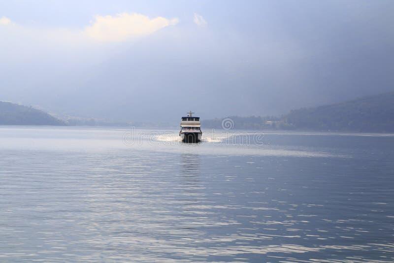 O forro, forro de passageiro, lancha vai sobre o lago Como fotos de stock royalty free