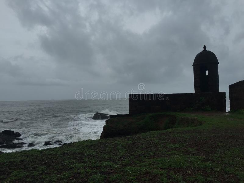 O forte na monção do mar chove o goa português fotos de stock royalty free
